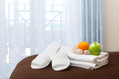 Toallas y deslizadores blancos en la habitación Fotos de archivo libres de regalías