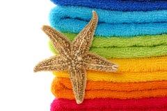 Toallas y estrella de mar coloridas Fotografía de archivo