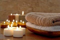 Toallas y velas de Aromatherapy en un balneario Fotos de archivo libres de regalías