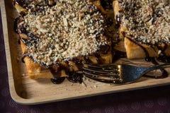 Toast überstiegen mit Schokolade und Nüssen lizenzfreies stockfoto