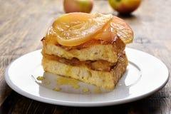 Toast angefüllt mit karamellisierten Äpfeln Stockfotos