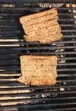 Toast auf einem Grill lizenzfreie stockbilder