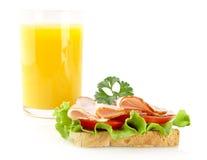 Toast, Aufschnitt, Petersilie für Mittag mit Orangensaft auf Weiß Lizenzfreie Stockfotos