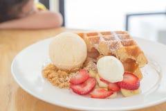 Toast-Brot-Pudding mit Eiscreme stockfoto