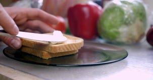 Toast, der 4K mit Butter bestreicht stock video
