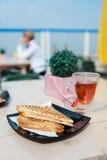 Toast an der Terrasse Stockfoto