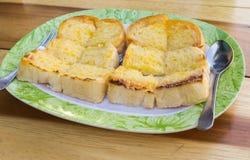 Toast in einer Platte auf dem Tisch Stockbild