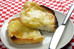 Toast met gesmolten kaas en mes Royalty-vrije Stock Afbeelding
