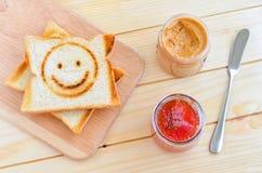 Toast mit Erdbeermarmelade und Erdnussbutter Lizenzfreie Stockfotografie