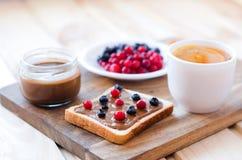 Toast mit Erdnussbutter und Beeren lizenzfreies stockfoto