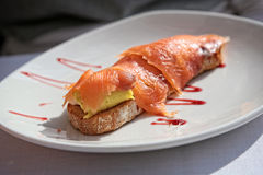 Toast mit geräuchertem Lachs und Avocado Lizenzfreie Stockfotos