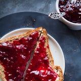 Toast mit Himbeeremarmelade Lizenzfreie Stockbilder