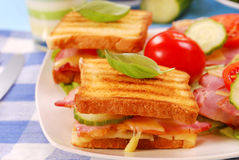 Toast mit Käse, Speck und Tomate stockbild