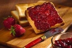 Toast mit Kirschmarmelade Stockfoto