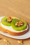 Toast mit Kiwi, Käse und Walnüssen Stockfotografie