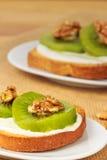 Toast mit Kiwi, Käse und Walnüssen Lizenzfreies Stockbild