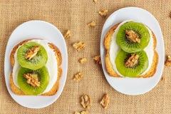 Toast mit Kiwi, Käse und Walnüssen Lizenzfreie Stockfotos