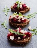 Toast mit roter Rübe und Käse auf dem dunklen Steinhintergrund lizenzfreie stockfotografie
