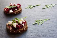 Toast mit roter Rübe und Käse auf dem dunklen Steinhintergrund stockbild