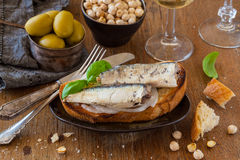 Toast mit Sardinen Stockfoto