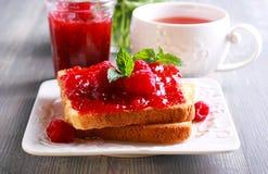 Toast mit selbst gemachter Himbeermarmelade, Lizenzfreie Stockfotos