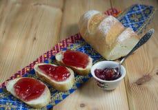 Toast mit Stau auf h?lzernem Hintergrund lizenzfreie stockfotografie