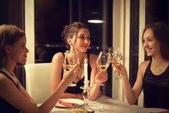 Toast zwischen Freunden Stockfotografie