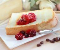 Toastbrot auf Erdbeermarmelade Lizenzfreie Stockbilder