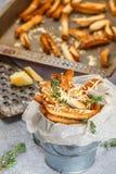 Toastbrotkrumen mit Käse und Thymian Stockfoto