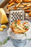 Toastbrotkrumen mit Käse und Thymian Lizenzfreies Stockbild