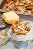 Toastbrotkrumen mit Käse und Thymian Stockbild