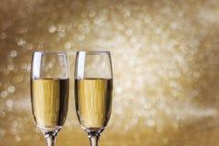 Toastchampagner, goldener Hintergrund des neuen Jahres Stockfoto