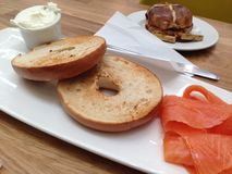 Toasted bagel served with cream cheese and smoked salmon. Stock Photography