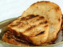 Toasted a coupé en tranches le pain blanc dans la cuvette en métal Photo libre de droits
