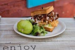 Toasted ha fritto il panino di pollo verde del bacon del pomodoro Immagini Stock Libere da Diritti