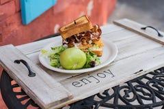 Toasted ha fritto il panino di pollo verde del bacon del pomodoro Fotografie Stock Libere da Diritti