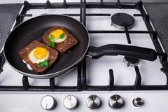 Toasted ha rimescolato le uova che cucinano in una padella Immagine Stock