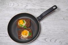 Toasted ha rimescolato le uova che cucinano in una padella Fotografie Stock Libere da Diritti