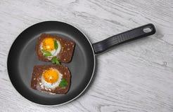 Toasted ha rimescolato le uova che cucinano in una padella Fotografie Stock