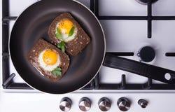Toasted ha rimescolato le uova che cucinano in una padella Fotografia Stock Libera da Diritti