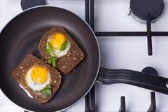 Toasted ha rimescolato le uova che cucinano in una padella Fotografia Stock