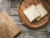 Toasten Sie Brot auf hölzerner Platte und hölzernem Brotschneidebrett Lizenzfreie Stockfotografie