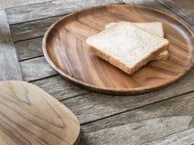 Toasten Sie Brot auf hölzerner Platte und hölzernem Brotschneidebrett Stockfoto