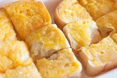Toasten Sie Brot mit Butter und versüßter Kondensmilch Stockbild
