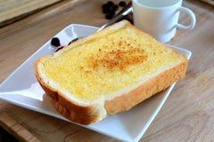 Toasten Sie Brot mit Butter und Zucker auf der weißen essfertigen Platte, c Stockfotografie