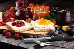 Toasten Sie Brot mit selbst gemachter Erdbeermarmelade und Aprikosenmarmelade O Stockfotografie