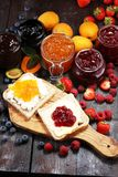 Toasten Sie Brot mit selbst gemachter Erdbeermarmelade und Aprikosenmarmelade O Lizenzfreie Stockfotos