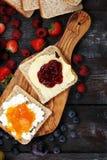 Toasten Sie Brot mit selbst gemachter Erdbeermarmelade und Aprikosenmarmelade O Stockfoto