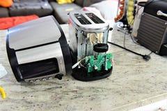 Toaster, ohne Abdeckungszu reparieren stockbild