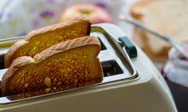 Toaster und zwei heiße Toast Stockbild
